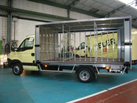 Caja de camión botellero con apertura de toldos laterales y celdas interiores para distribución de carga