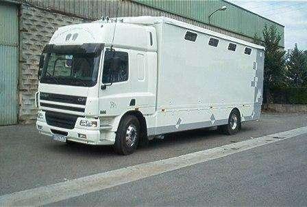 Caja con ventanas laterales y techo corredero, para el transporte de caballos.