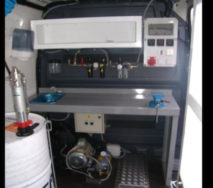 Furgoneta equipada para mantenimiento de máquinas