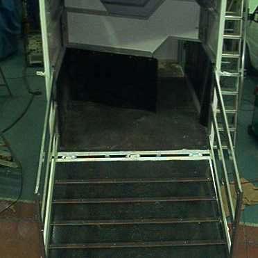 Porte arrière avec ouverture au moyen de centrale  électro-hydraulique.