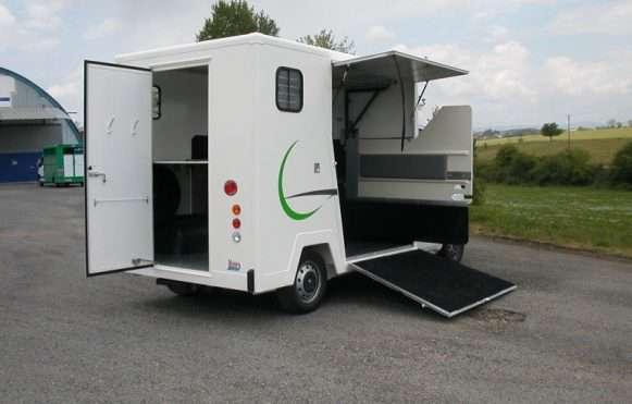 transporte-de-dos-caballos-en-vehiculo-ligero 1
